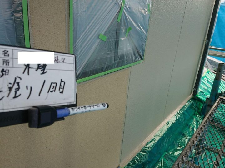外壁塗装中塗り施工